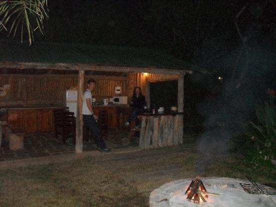 Avoca River Cabins: Outdoor kitchen