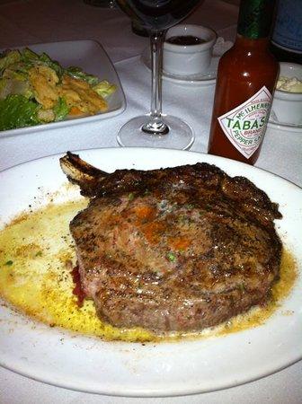 Ruth's Chris Steak House - Downtown Atlanta: Ribeye Steak mit Butter getötet