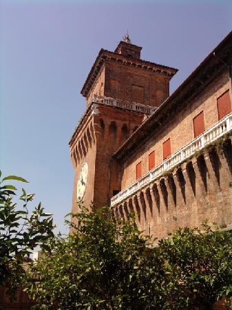 Ferrara, Italia: Castello Estense visto dal giardino degli aranci
