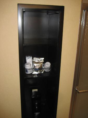 Hampton Inn & Suites Thousand Oaks: Coffee maker with a variety of coffee. Very nice!