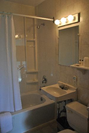 Dunlop Motel: Bathroom