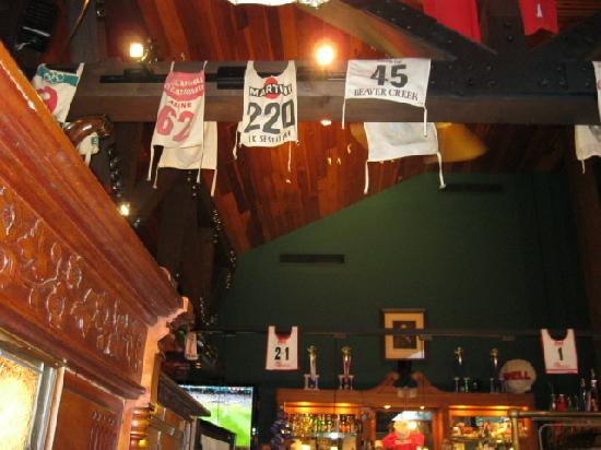 Gordi's Fish & Steak House: Decor in the Bar