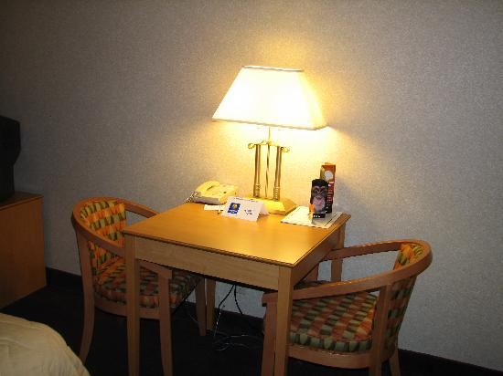 Comfort Inn Rockford: Table area