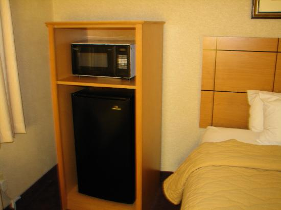 Comfort Inn Rockford: Fridge & Micro