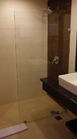 Novotel Bukittinggi: bathroom