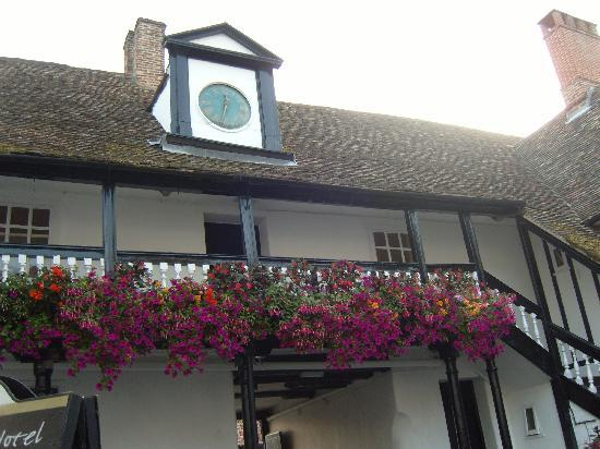 The George Hotel: Courtyard clock