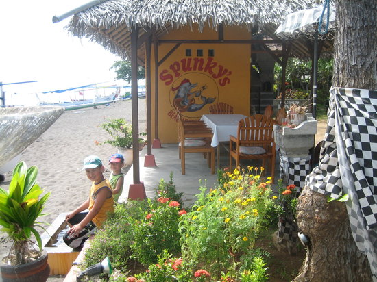 Spunky's: Directly on the beach