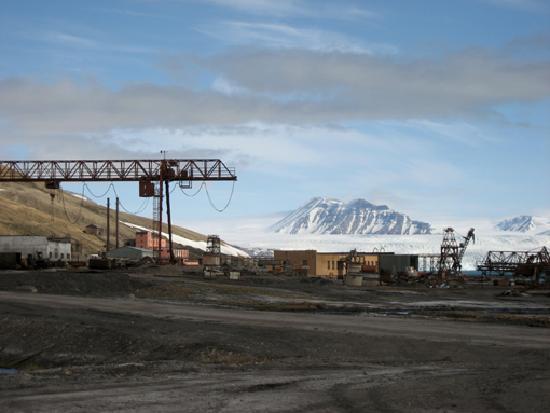 Pyramiden: Blick über das Hafengebiet bis zum Nordenskiöld-Gletscher