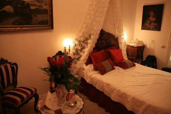 Hostal L' Antic Espai: Our Room
