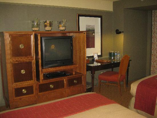 Lansdowne Resort and Spa: desk/TV area