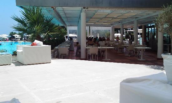 Grecian Park Hotel : Outside breakfast/lunch area
