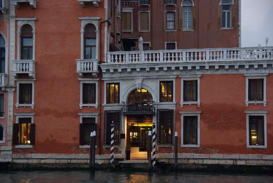 Hotel Palazzo Barbarigo Sul Canal Grande: The Front of the hotel - lefthand of the entrance: our room