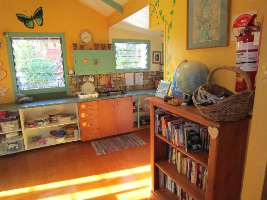 Travellers Oasis Backpackers: Kitchen area