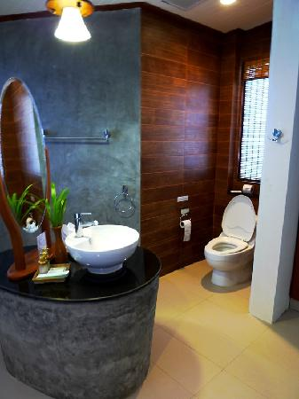 Aonang Phu Petra Resort, Krabi: The toilet - the wardrobe is just next to it and close to the door of the washroom