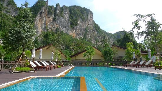 Aonang Phu Petra Resort, Krabi Thailand: The pool, and the magnificent hill backdrop