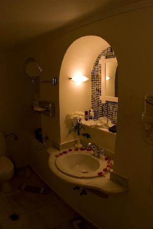 Anastasis Apartments: The pretty flower arrangement in the bathroom.