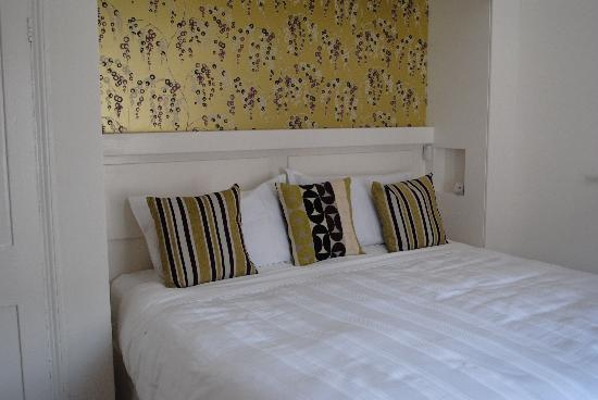 Pendragon House B&B: The lovely bed - We wanted to take it home!!