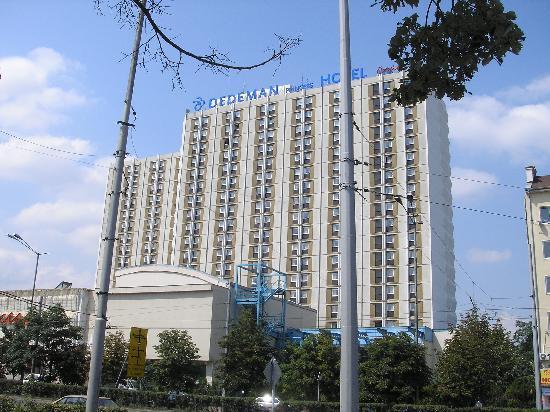 Ramada Sofia: Hotel von der Seite Busbahnhof