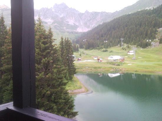 Mercure Courchevel: Vue d'une chambre au 4ème étage sur le panorama de la montagne : lac et golf