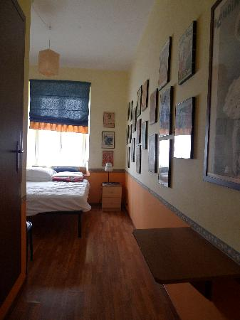 Vacanze Romane 2: from door into the room