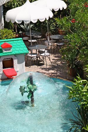 Hotel Tritone: outdoor breakfast area