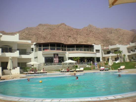 Sea Sun Hotel Dahab: The hotel pool with the Sinai mountain backdrop!