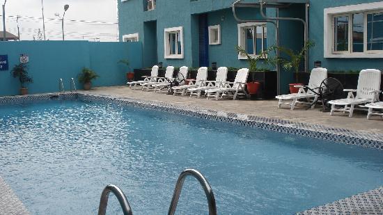Sunfit: zwembad met ligstoelen
