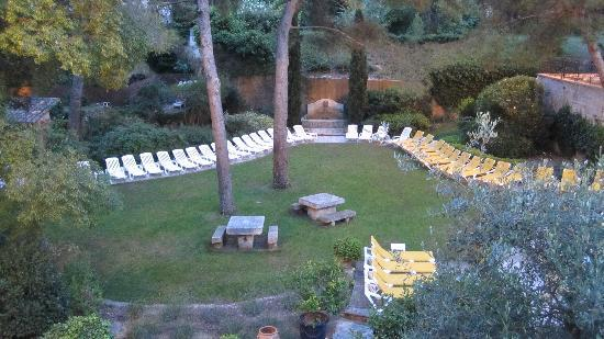 La Peiriero: The yard below the dining terrace next to the pool