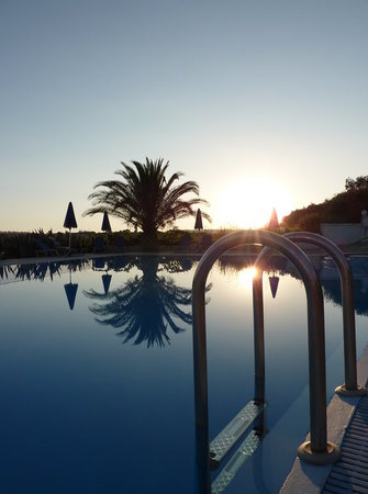 Trapezaki, Grecia: The pool at sunset