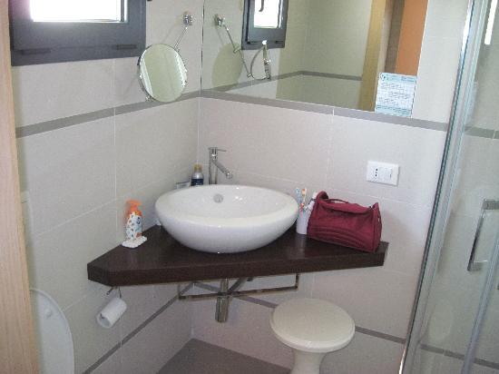 Hotel Trieste: Il bagno della stessa camera