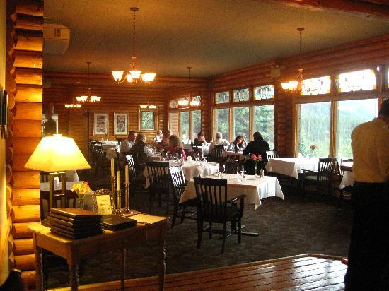 Overlander Mountain Lodge: Dining Room