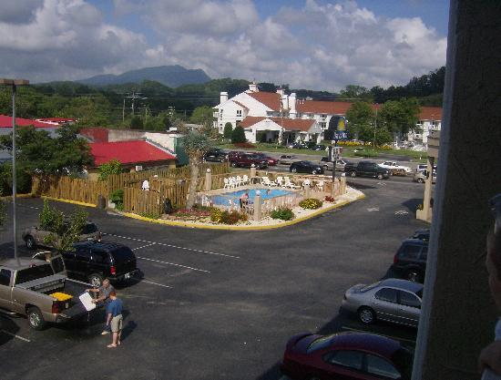 Days Inn Apple Valley Sevierville: View from our room.