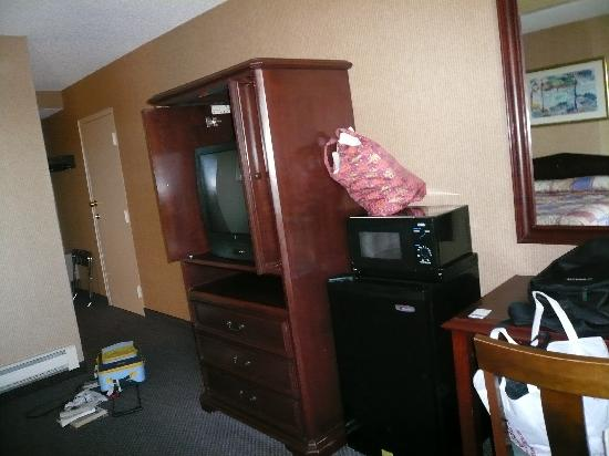 Monterey Bay Travelodge: TV/dresser, micro and fridge, and desk
