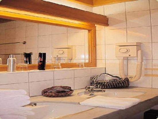 Hotel Neue Post: This is the bathroom me and my friend shared.