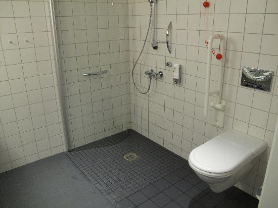 Gardermoen, Noorwegen: Big bathroom, wheelchair friendly