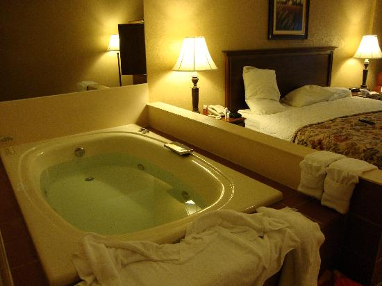 Our Jacuzzi (kingsize bed) - Picture of Grand Oaks Hotel, Branson ...