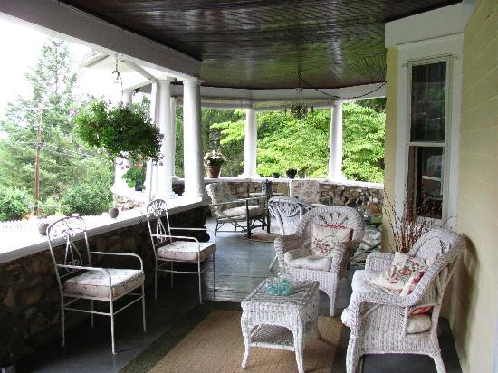 Hilltop House  Bed & Breakfast: Beautiful outdoor porch