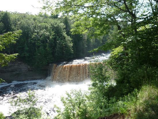 Tahquamenon falls state park paradise 2018 all you for Cabins near tahquamenon falls