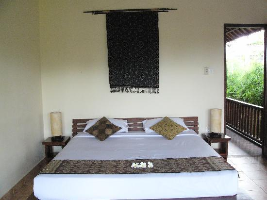 Ubud Lestari Bungalows: Bed-Soka Room