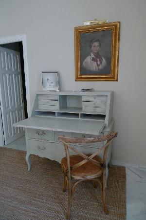 Casa Numero 7: Lovely desk with Portray of Maria