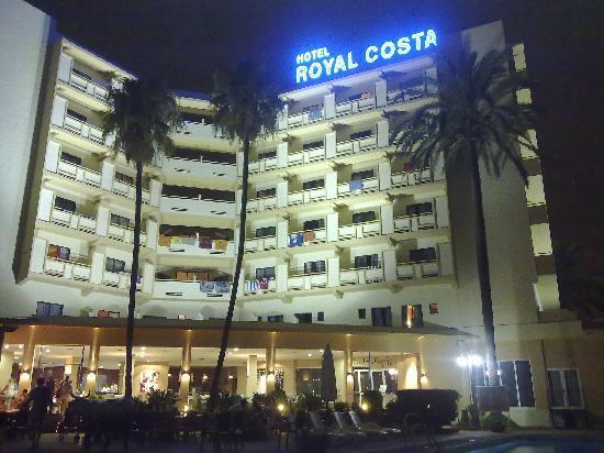 Royal Costa Hotel: desde el patio de noche