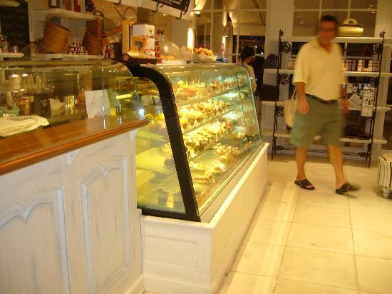 وودلاندز هوتل آند ريزورت: La Baguette, cake display