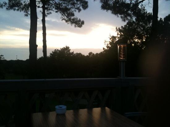 Lacanau-Ocean, France: Soleil couchant depuis la terrasse du restaurant un peu sombre dsl