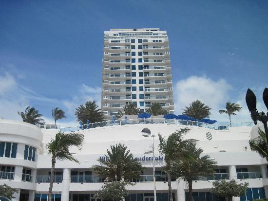 Hilton Fort Lauderdale Beach Resort: View of hotel from beach.