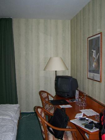 zimmer 2 billede af atrium hotel krueger rostock. Black Bedroom Furniture Sets. Home Design Ideas