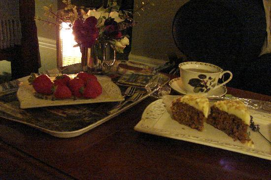 Hillsfield House Bed and Breakfast Marlborough: Cake & berries on arrival!