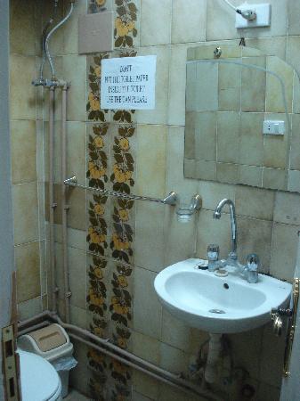 Mandarin Hostel: Bathroom