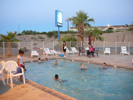 Motel 6 Needles: Piscina del hotel
