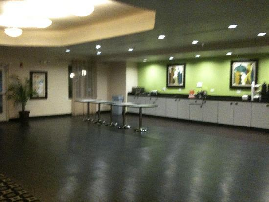 BEST WESTERN Douglas Inn & Suites: breakfast / gathering area void of chairs