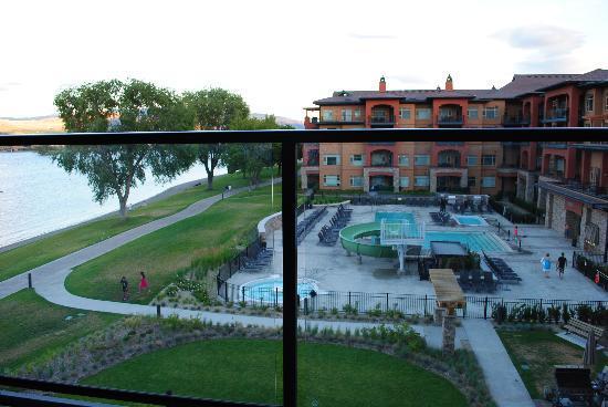 Watermark Beach Resort: View onto Pool